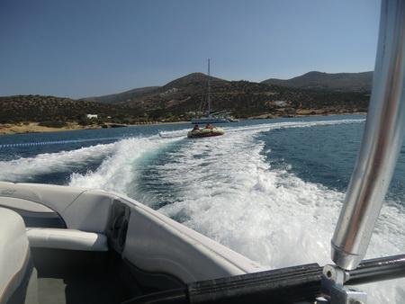 Ringofahrt im Hintergrund die Vava-U und die Bucht Ak. Mirona auf Paros
