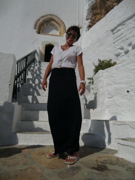 Stefanie mit Wickeldecke am Eingang zum Kloster