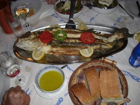 064-Fisch-auf-Tisch