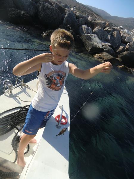 Milu fängt seinen ersten Fisch