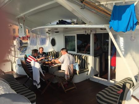 Frühstück im Cockpit bei Sonne