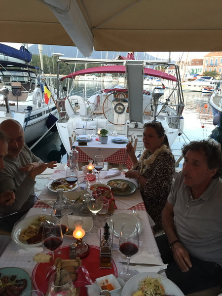 Taverne Roula am Hafen mit Blick auf VAVA-U