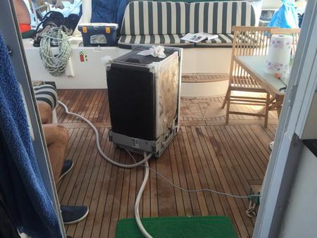 Spülmaschinenreparatur an Bord