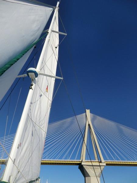 Brücke Patras unter Segeln