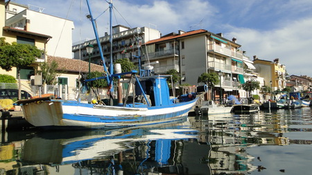 Einfahrt in den Stadthafen Grado