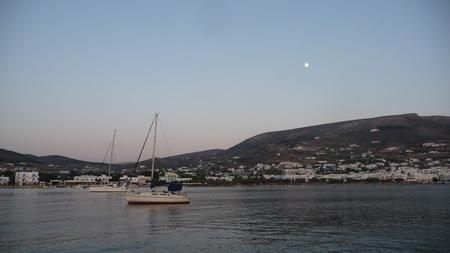 Sonne und Mond auf Paroikia